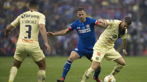 Méndez disputa el balón en Final contra América