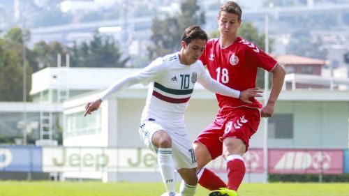 Sebastián Córdova disputa un balón con el Tri Sub 22