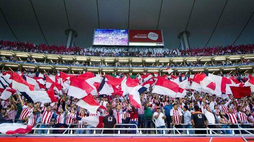 Afición de Chivas, alentando al equipo en un partido