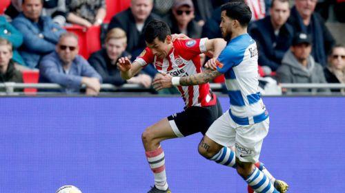 Chucky Lozano disputa el esférico en el duelo contra De Graafschap