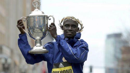 Lawrence Cherono levante trofeo del maratón de Boston