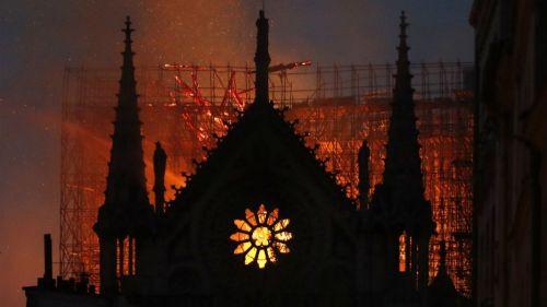 Catedral de Notre Dame en llamas
