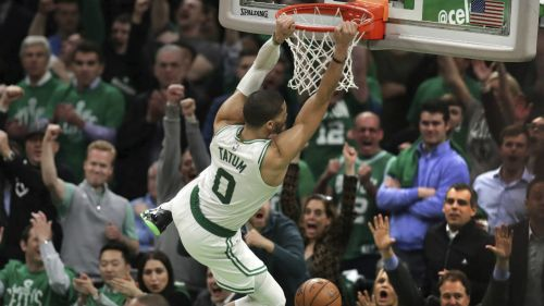 Jayson Tatum anota para Boston