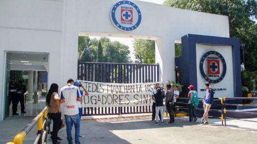 Aficionado de Cruz Azul increpa a 'Cata' Domínguez y este responde