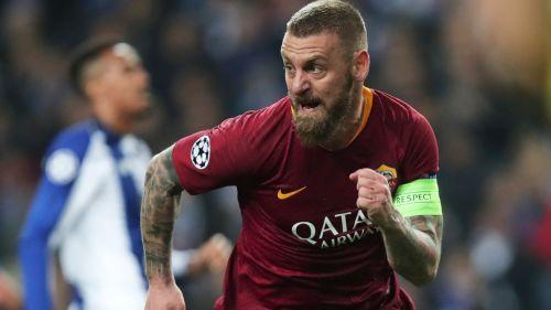 Daniele De Rossi celebra un tanto con la Roma en Serie A