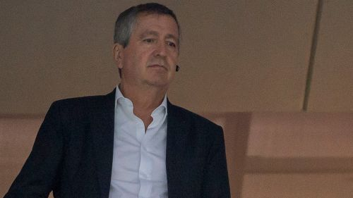 Jorge Vergara observa partido de futbol desde palco