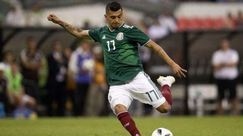 Tecatito Corona durante un partido con la Selección Mexicana