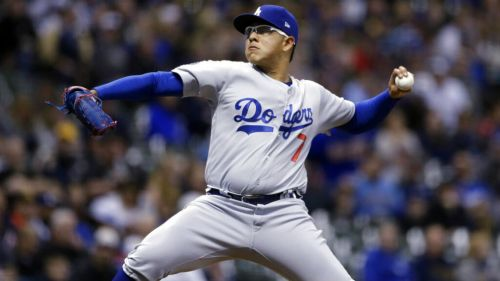 Julio Urías hace un lanzamiento en partido de la MLB