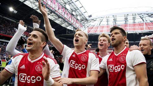 Jugadores del Ajax celebran campeonato