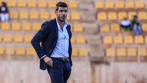Álex Diego, dirigiendo a los Alebrijes en un partido