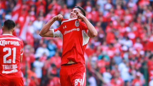 Adrián Mora festeja un gol con Toluca