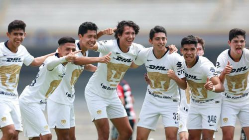 Jugadores de Pumas Sub 17 festejan un gol vs Atlas