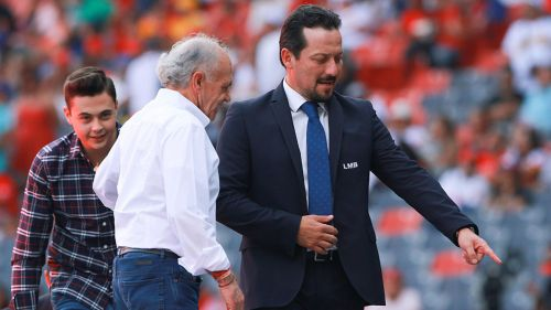 Javier Salinas con Alfredo Harp Helú antes de un partido de Diablos