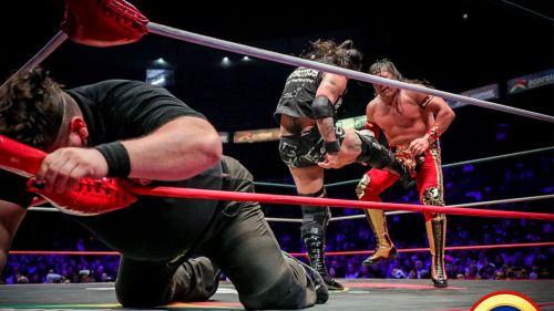 Momento en que Ciber le aplica un foul a Último Guerrero