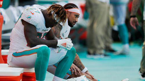 Jugadores de los Dolphins lamentan derrota ante Ravens
