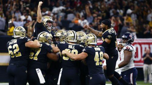 Jugadores de los Saints celebran el gol de campo ganador