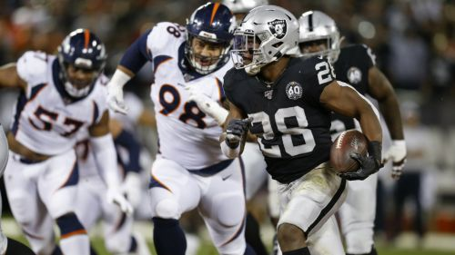 Josh Jacobs deja atrás a la defensiva de los Broncos