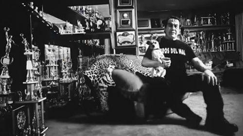 Perro Aguayo posa junto a todos sus trofeos