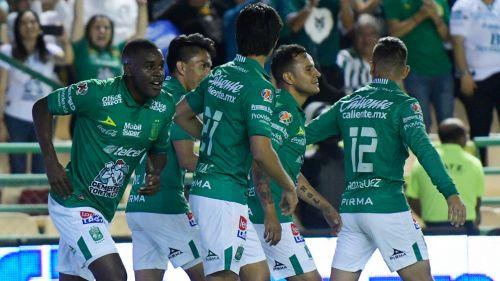 Jugadores de León celebran un anotación en el Apertura 2019