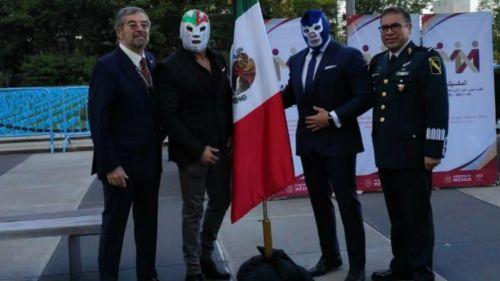 Juan Ramón de la Fuente junto a Blue Demon Jr. y Dr. Wagner Jr.  y el General Zamudio