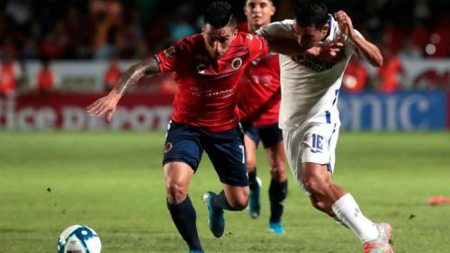 Bryan Carrasco y Adrián Aldrete luchan por el balón