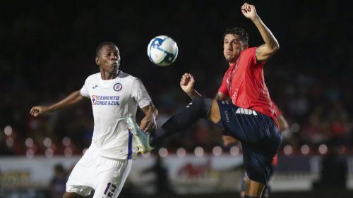 Bryan Angulo y Gabriel Peñalba luchan por el balón