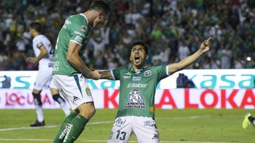 Ángel Mena celebrando su anotación con León