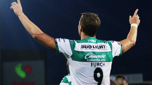Julio Furch celebra su anotación con Santos