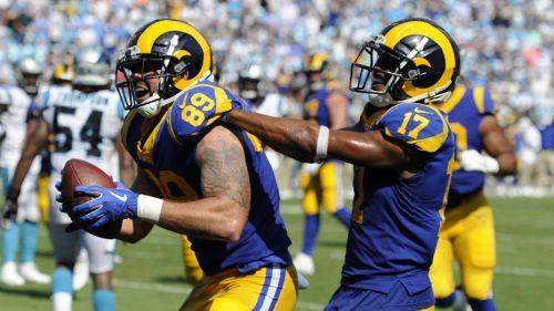 Jugadores de Rams celebran durante el partido ante Carolina