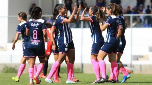 Jugadoras de Rayadas festeja un gol ante Veracruz