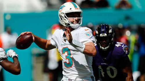 Josh Rosen lanza un pase en un partido de los Dolphins