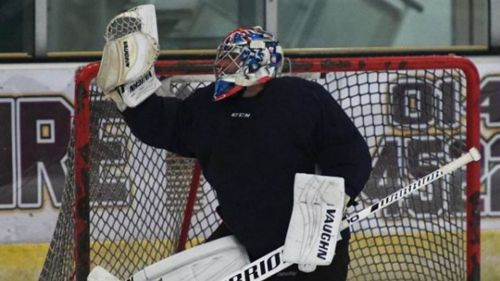 Petr Cech durante su primer partido de hockey