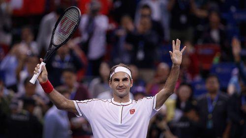 Roger Federer saluda a la afición