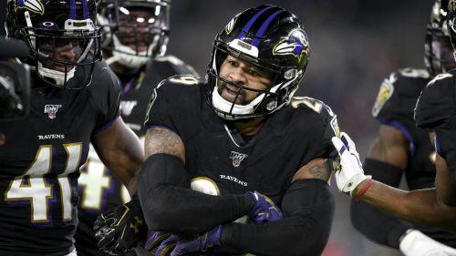 Jugadores de los Ravens festejan una jugada sobre Pats