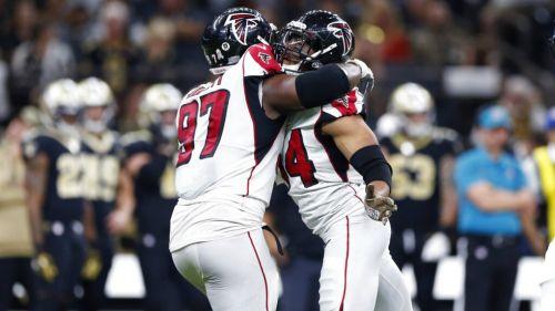 Jugadores de Falcons celebran una jugada sobre los Saints