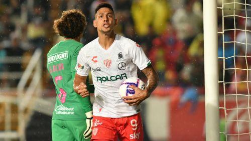Mauro Quiroga celebrando un gol ante América