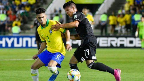 Yan Couto y Ali Ávila disputan un balón en la Final del Mundial Sub 17