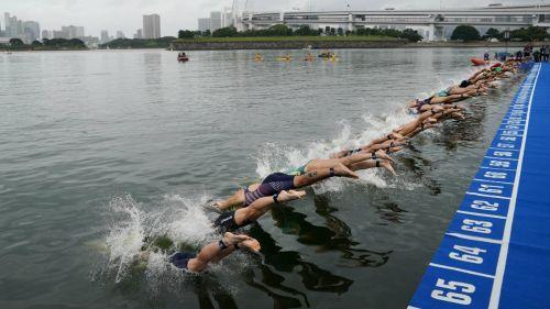 Nadadores en el Odaiba Marine Park de Tokio