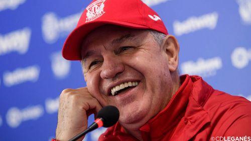Javier Aguirre sonríe durante una conferencia de prensa