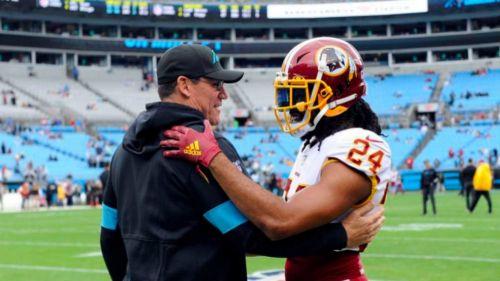 Ron Rivera y Josh Norman se saludan antes de un juego
