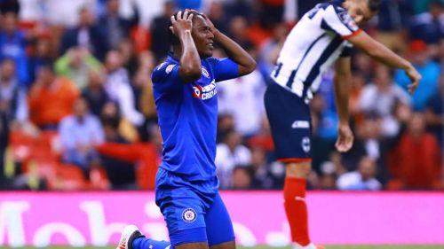 Bryan Angulo se lamenta tras una falla con Cruz Azul