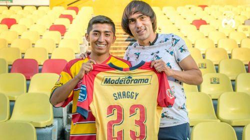 Shaggy Martínez posa junto a Julio
