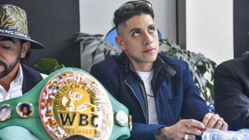 Alejandra 'Tigre' Jiménez junto al cinturón que ganó