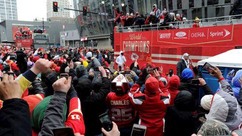 Seguidores de los Chiefs ven pasar el autobús de los campeones