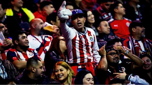 Afición de Chivas apoya a sus jugadores en el Estadio Caliente