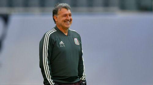 Tata Martino sonríe en un entrenamiento del Tri