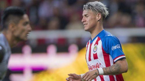 Cristian Calderón, en lamento en un partido de Chivas