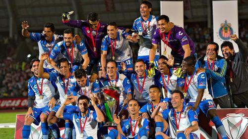 Jugadores del Puebla presumen el triunfo en la Copa MX