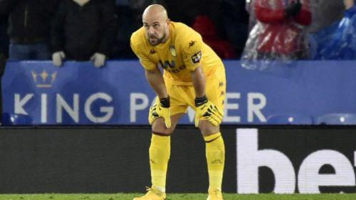 Pepe Reina durante un duelo con Aston Villa en Inglaterra