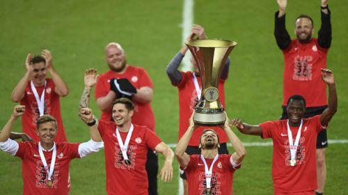Jugadores del Red Bull de Salzburgo levantan el Título